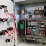 Intérieur du coffret de commande, avec contacteurs, régulateur et variateur de vitesse